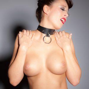 Halsfessel aus Leder, mit Ring der O, verstellbar